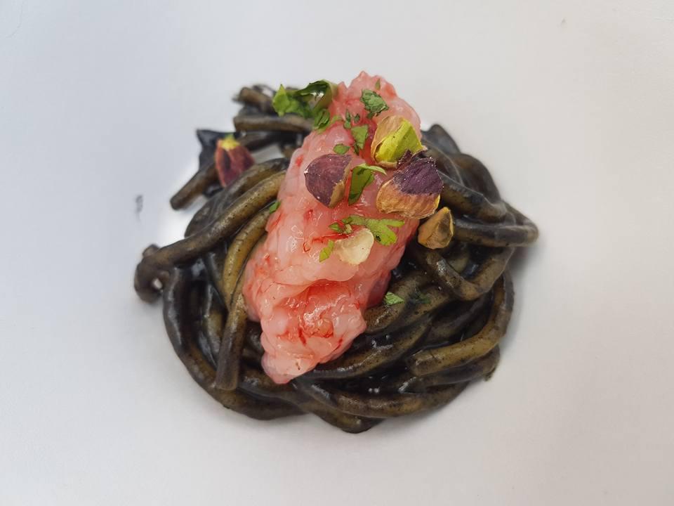 spaghetto-melanzane-bruciate-gambero-rosso-e-pistacchio