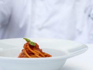 Come si mangia da Rada Rooftop, la nuova terrazza con cucina a vista su Positano
