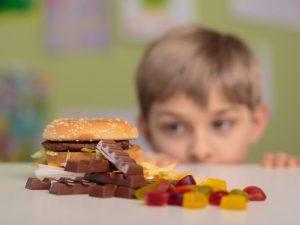 Guerra all'obesità: la Francia vuole tassare il cibi grassi