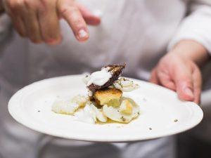 Baccalà al vapore, erbe spontanee, gelato al gorgonzola e agrumi