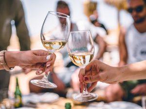 L'estate nel bicchiere: alcuni vini siciliani con cui brindare alle meritate vacanze