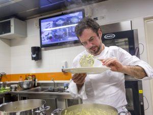 Angelo Troiani in cucina al Bar del Fico